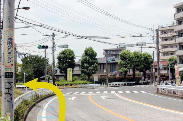 榎町交差点を渡って、左に曲がります。