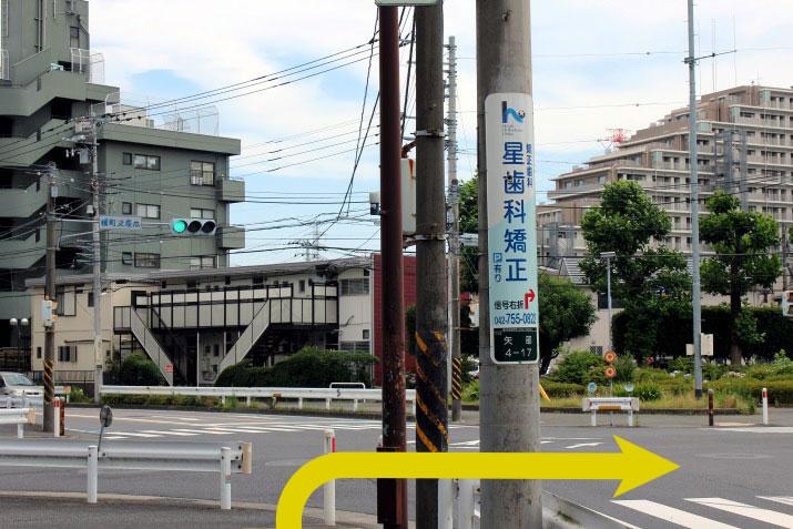 榎町交差点を右に曲がります。